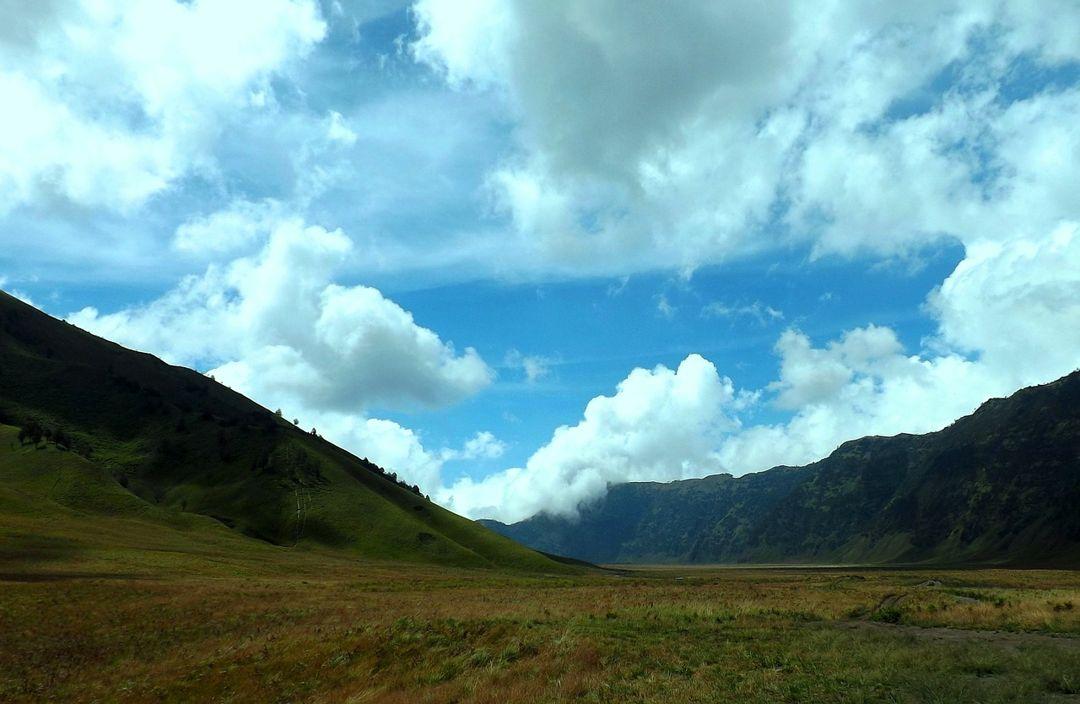 sabana gunung bromo sering disamakan dengan bukit teletubbies