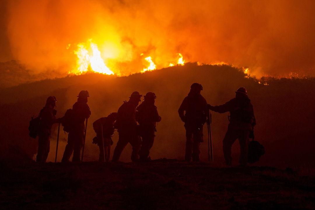 memadamkan kebakaran hutan