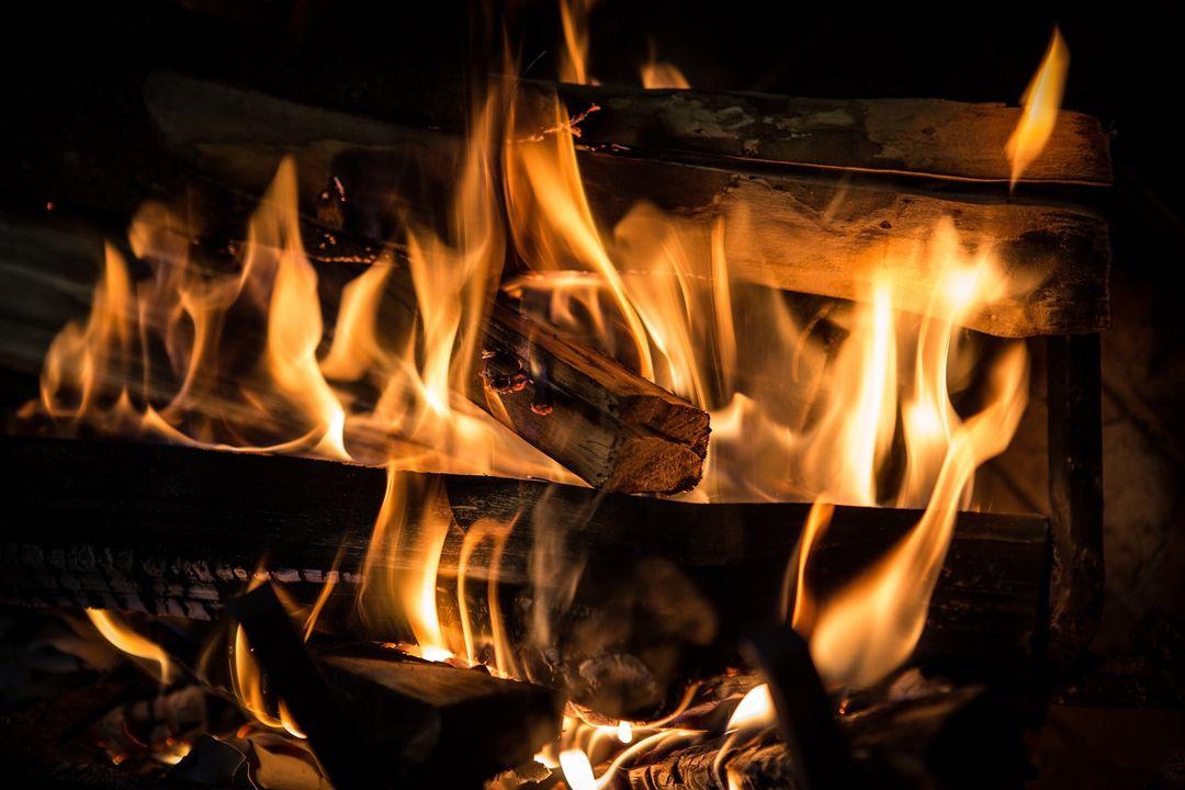 kayu terbakar