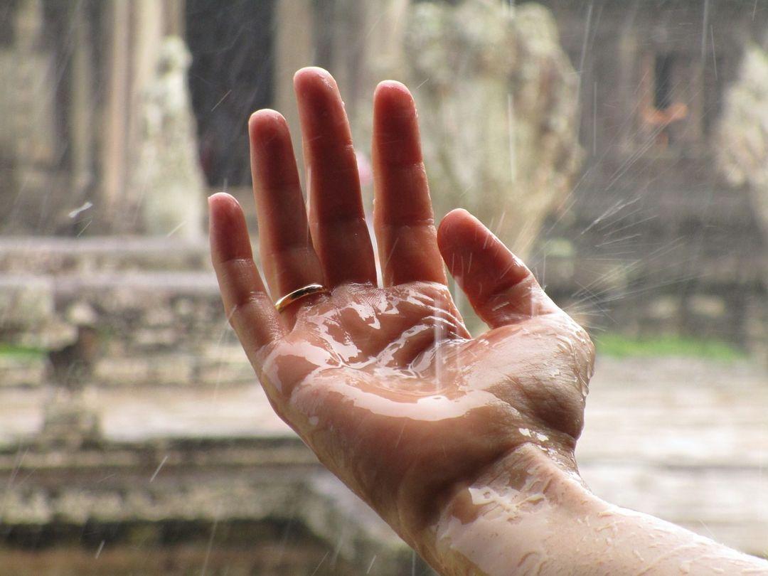 tangan dan hujan