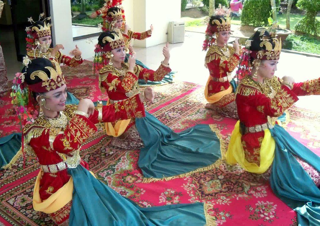 Tari Sekapur Sirih - Sejarah, Fungsi, Makna, Pementasan ...