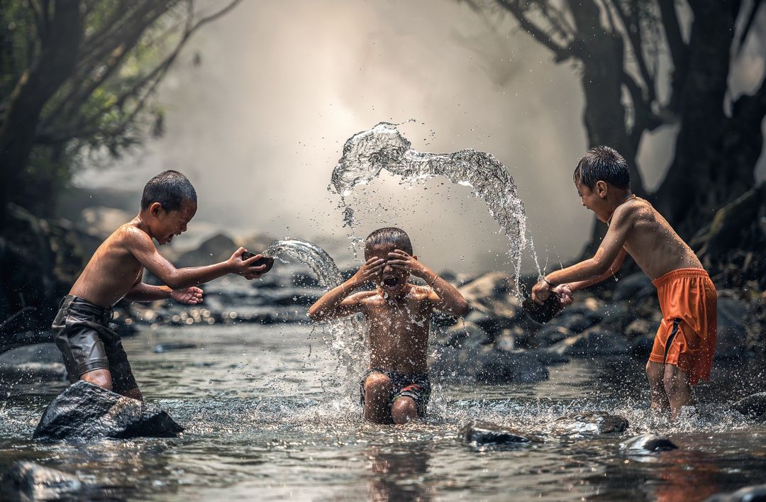 anak bermain air