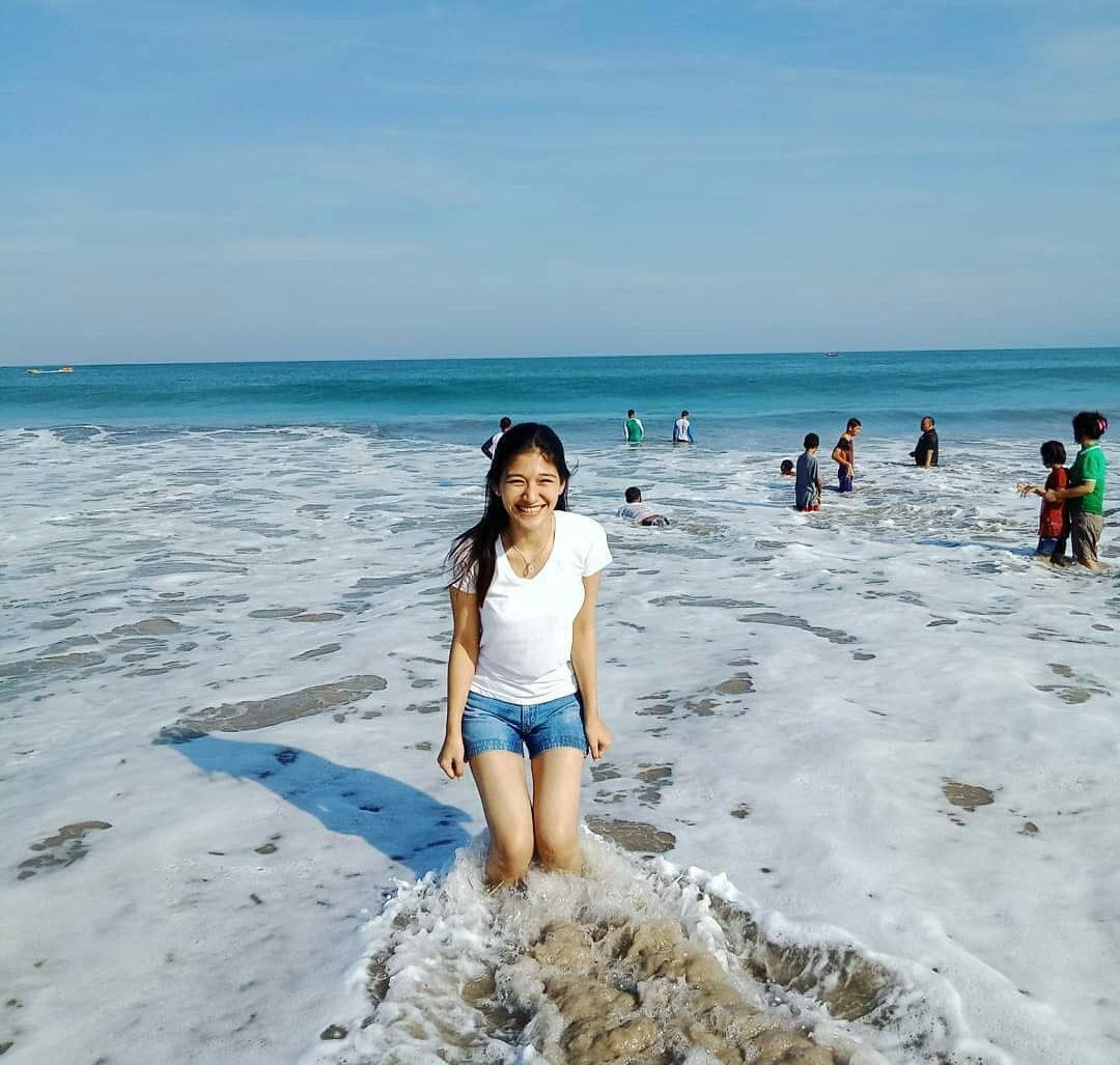 wanita di pantai